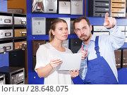 Купить «Girl consulting about mailbox with worker», фото № 28648075, снято 17 апреля 2018 г. (c) Яков Филимонов / Фотобанк Лори