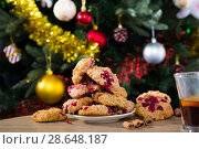 Купить «Christmas oat cookies on plate and glass of tea», фото № 28648187, снято 2 января 2018 г. (c) Яков Филимонов / Фотобанк Лори