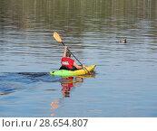 Купить «Спортсмен плывёт на байдарке по Волге. Город Тверь», эксклюзивное фото № 28654807, снято 1 мая 2016 г. (c) lana1501 / Фотобанк Лори