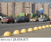 Купить «Бетонные полусферы на Носовихинском шоссе. Район Новокосино. Город Москва», эксклюзивное фото № 28654871, снято 3 мая 2016 г. (c) lana1501 / Фотобанк Лори