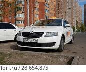 """Купить «Белый автомобиль такси """"Сity-mobile"""" припаркованн на стоянке. Носовихинское шоссе. Город Реутов. Московская область», эксклюзивное фото № 28654875, снято 3 мая 2016 г. (c) lana1501 / Фотобанк Лори"""