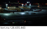 Купить «Timelapse of pushback tug towing airplanes from terminal parking», видеоролик № 28655443, снято 25 декабря 2017 г. (c) Данил Руденко / Фотобанк Лори
