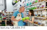 Купить «Portrait of smiling couple purchasing pet bowls in pet shop», видеоролик № 28659711, снято 24 мая 2018 г. (c) Яков Филимонов / Фотобанк Лори