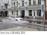 Купить «Москва, автомобили в луже на Мясницкой в дождь», эксклюзивное фото № 28662351, снято 30 июня 2018 г. (c) Дмитрий Неумоин / Фотобанк Лори