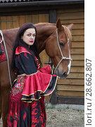 Купить «Цыганка стоит возле коня», фото № 28662807, снято 13 мая 2018 г. (c) Марина Володько / Фотобанк Лори
