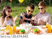 Купить «happy kids with cake on birthday party at summer», фото № 28674843, снято 27 мая 2018 г. (c) Syda Productions / Фотобанк Лори