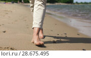 woman feet walking barefoot along summer beach. Стоковое видео, видеограф Syda Productions / Фотобанк Лори