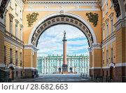 Купить «Столп в арке Alexandrian column with an angel», фото № 28682663, снято 4 июня 2018 г. (c) Baturina Yuliya / Фотобанк Лори