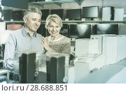 Купить «Wife and husband are choosing consumer electronics», фото № 28688851, снято 27 марта 2019 г. (c) Яков Филимонов / Фотобанк Лори