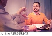 Купить «Mature man and agent occupational lease», фото № 28688943, снято 16 июля 2018 г. (c) Яков Филимонов / Фотобанк Лори