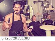 Купить «professional male hairdresser with visitor», фото № 28703383, снято 19 июля 2018 г. (c) Яков Филимонов / Фотобанк Лори