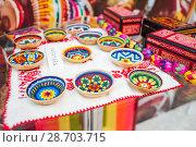 Купить «Национальные сувенирные изделия индейцев племени Уичоли, выполненные в технике бисерной мозаики. Национальный дом для мексиканских болельщиков в Гостином дворе. Празднование Дня мертвых. Москва», фото № 28703715, снято 29 июня 2018 г. (c) Алёшина Оксана / Фотобанк Лори