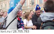 Купить «French jubilant fans sings the speech for journalist of russian TV channel MIR», видеоролик № 28705783, снято 6 июля 2018 г. (c) Ирина Мойсеева / Фотобанк Лори
