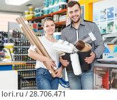 Купить «Young family demonstration variety instruments for repair house», фото № 28706471, снято 17 мая 2018 г. (c) Яков Филимонов / Фотобанк Лори