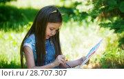 Купить «Happy little girl drawing watercolor paints sitting on the grass at sunny day», видеоролик № 28707307, снято 17 июля 2018 г. (c) Константин Шишкин / Фотобанк Лори