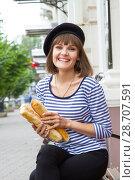 Купить «Девушка с булками в современном городе», фото № 28707591, снято 9 июля 2018 г. (c) Момотюк Сергей / Фотобанк Лори