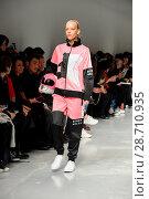 Купить «London Fashion Week Men's - Bobby Abley - Catwalk Featuring: Model Where: London, United Kingdom When: 06 Jan 2017 Credit: WENN.com», фото № 28710935, снято 6 января 2017 г. (c) age Fotostock / Фотобанк Лори