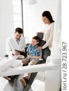 Купить «dentist showing tablet pc to kid at dental clinic», фото № 28723967, снято 22 апреля 2018 г. (c) Syda Productions / Фотобанк Лори