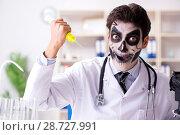 Купить «Scary monster doctor working in lab», фото № 28727991, снято 9 ноября 2017 г. (c) Elnur / Фотобанк Лори