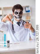 Купить «Scary monster doctor working in lab», фото № 28727999, снято 9 ноября 2017 г. (c) Elnur / Фотобанк Лори
