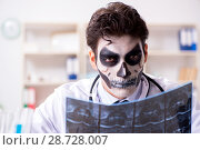 Купить «Scary monster doctor working in lab», фото № 28728007, снято 9 ноября 2017 г. (c) Elnur / Фотобанк Лори