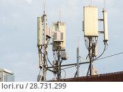 Купить «Антенны базовой станции оператора сотовой связи на крыше здания», фото № 28731299, снято 11 июля 2018 г. (c) Алексей Букреев / Фотобанк Лори