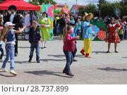 Купить «День защиты детей в городе Заводоуковске. Танцуют сказочные герои книг.», эксклюзивное фото № 28737899, снято 1 июня 2017 г. (c) Анатолий Матвейчук / Фотобанк Лори