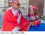Купить «Болельщиик из Перу с национальным флагом  в городе Москве на Никольской улице во время Чемпионата мира по футболу FIFA 2018, Россия», эксклюзивное фото № 28746399, снято 15 июня 2018 г. (c) Виктор Тараканов / Фотобанк Лори
