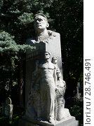 Купить «Могила советского писателя Александра Фадеева на Новодевичьем кладбище Москвы», фото № 28746491, снято 27 августа 2016 г. (c) Free Wind / Фотобанк Лори