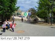 Купить «Посетители с детьми в зоопарке. Пресненский район. Город Москва», эксклюзивное фото № 28747219, снято 13 мая 2015 г. (c) lana1501 / Фотобанк Лори
