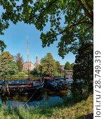 Купить «Inland navigation vessels at the City-canal, The belltower called Peperbus, Zwolle, Overijssel», фото № 28749319, снято 19 апреля 2019 г. (c) age Fotostock / Фотобанк Лори