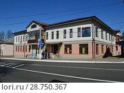 Купить «Двухэтажный кирпичный дом, построен в 2012 году по индивидуальному проекту. Улица Панфилова, 5. Город Волоколамск. Московская область», эксклюзивное фото № 28750367, снято 6 мая 2015 г. (c) lana1501 / Фотобанк Лори