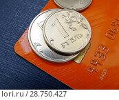 Купить «Пластиковая карта и монеты», фото № 28750427, снято 27 июня 2018 г. (c) ViktoriiaMur / Фотобанк Лори