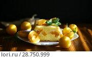 Купить «Sweet curd casserole stuffed with yellow plums inside», видеоролик № 28750999, снято 14 июля 2018 г. (c) Peredniankina / Фотобанк Лори