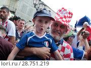 Купить «Москва, Хорватский фанат держит мальчика Француза на Никольской улице в преддверии финального матча Франция-Хорватия», эксклюзивное фото № 28751219, снято 14 июля 2018 г. (c) Дмитрий Неумоин / Фотобанк Лори