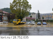 Автомобильная стоянка во время наводнение  в Сочи в районе Мацеста (2018 год). Редакционное фото, фотограф Ирина Носова / Фотобанк Лори