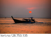 Купить «Закат над морем золотого цвета. Таиланд», фото № 28753135, снято 21 июля 2018 г. (c) Александр Романов / Фотобанк Лори