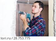 Купить «Builder handyman working with electric drill», фото № 28753775, снято 21 мая 2017 г. (c) Яков Филимонов / Фотобанк Лори