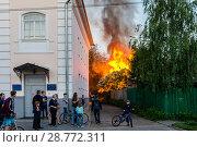 Купить «Россия, Кострома, пожар в старой части города», фото № 28772311, снято 26 мая 2018 г. (c) glokaya_kuzdra / Фотобанк Лори