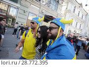 Купить «Шведские фанаты на Никольской улице, город Москва», эксклюзивное фото № 28772395, снято 16 июня 2018 г. (c) Дмитрий Неумоин / Фотобанк Лори