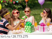 Купить «kids eating cupcakes on birthday party at summer», фото № 28773275, снято 27 мая 2018 г. (c) Syda Productions / Фотобанк Лори