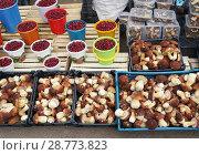 Купить «Продажа белых грибов и клюквы на колхозном рынке», фото № 28773823, снято 19 июля 2018 г. (c) ElenArt / Фотобанк Лори