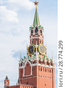 Купить «Спасская башня Московского Кремля. Кремлевские куранты», фото № 28774299, снято 29 июня 2018 г. (c) Алёшина Оксана / Фотобанк Лори