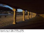 Купить «La Concha beach in San Sebastian seen through the arcade of the promenade, Donostia, Guipúzcoa, Spain», фото № 28775275, снято 16 августа 2018 г. (c) age Fotostock / Фотобанк Лори