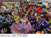 Купить «Толпа колумбийцев на Никольской улице Москвы», эксклюзивное фото № 28779483, снято 16 июня 2018 г. (c) Дмитрий Неумоин / Фотобанк Лори