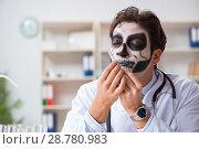 Купить «Scary monster doctor working in lab», фото № 28780983, снято 9 ноября 2017 г. (c) Elnur / Фотобанк Лори