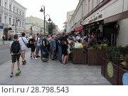Купить «Москва, группа людей смотрят финальный футбольный матч Хорватия-Франция на Пятницкой улице», эксклюзивное фото № 28798543, снято 15 июля 2018 г. (c) Дмитрий Неумоин / Фотобанк Лори