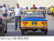 Купить «A policeman is standing by the old Soviet car.», фото № 28803691, снято 16 сентября 2017 г. (c) Акиньшин Владимир / Фотобанк Лори