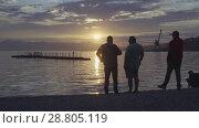 Купить «Люди гуляют по пляжу на фоне красочного заката над Тихим океаном», видеоролик № 28805119, снято 10 июля 2018 г. (c) А. А. Пирагис / Фотобанк Лори