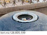 Купить «Окурки сигарет в пепельнице на городской улице», фото № 28805199, снято 12 мая 2018 г. (c) Ольга Коцюба / Фотобанк Лори